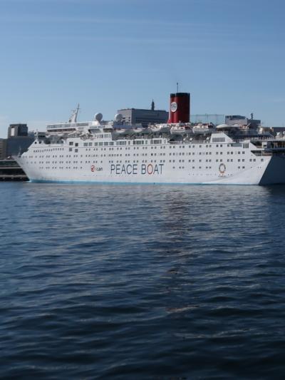 横浜港-4 ピースボート 大桟橋に停泊中 ☆ICANのロゴ掲げて核廃絶訴え