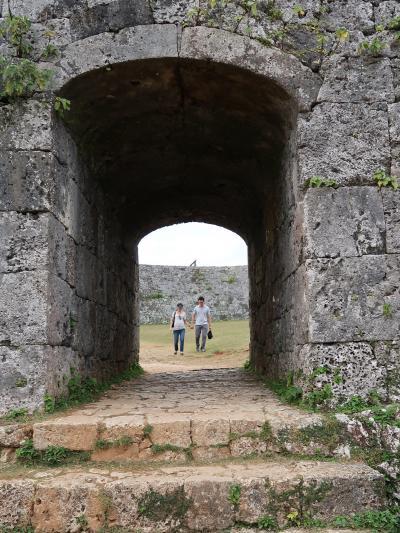 沖縄-6 座喜味城跡〔世界遺産〕曲線状の城壁 ☆城のアーチ門は古い形態