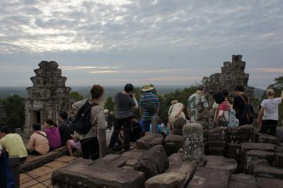 カンボジア シェムリアップ&タイ バンコク (5)プノン・バケンで夕日?
