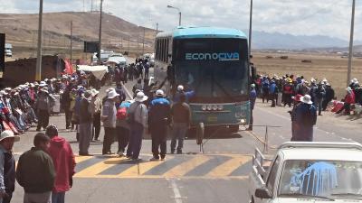 ペルーアンデス紀行16 ストライキに遭遇、道路封鎖・車体にド派手な落書き &トリトデプカラ