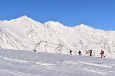 冬の唐松岳 北アルプスの白き峰々と雲海の絶景 暴風雪山登山