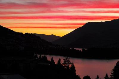 ミルフォードサウンドとクイーンズタウン、ワカティプ湖の美しい朝焼け