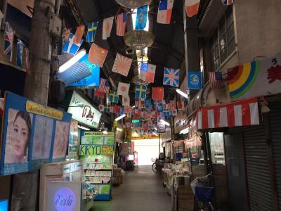 大楠が駅ホームを貫く萱島神社と万国旗がゆらぐ京阪トップ商店街をぶらぶら