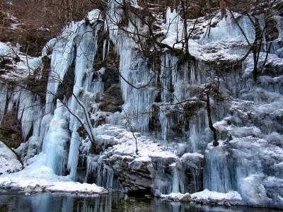 雪の秩父御岳山と三十槌の氷柱