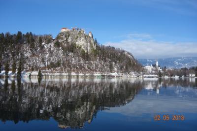 雪の  ブレッド湖。 ボーヒン湖畔 スロベニア  のフォーゲルスキー場