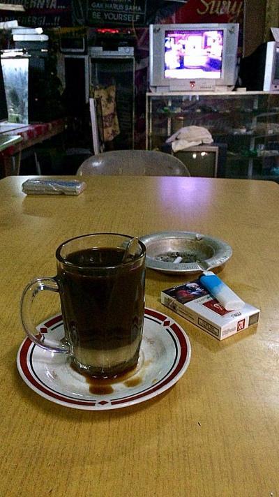 インドネシア・リアウ諸島州・ブラカンパダン 「早朝のスラムのカフェで」
