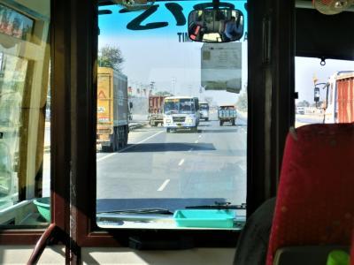 対向車がどんどん逆走して来る~!!(◎_◎;) デリーからジャイプールへの道 < すっかりハマってしまったインドの旅 2日目 その1 >
