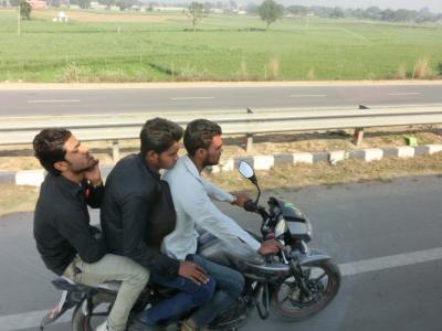 アグラからデリーへ オドロキの高速道路事情 < すっかりハマってしまったインドの旅 5日目その1 >