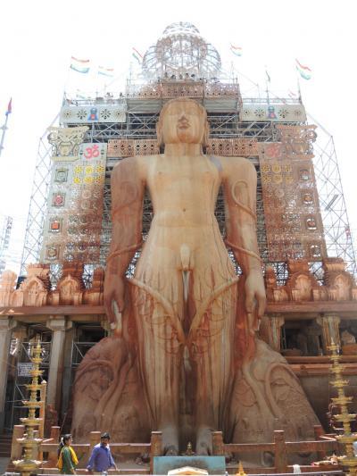 南インド2018・・・(1)バンガロールからスタート 見上げるシュラヴァルベルゴラのジャイナ教石像に軽い脳貧血