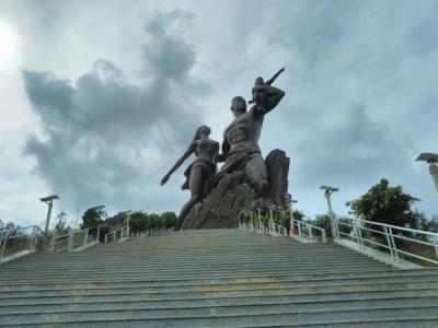 弾丸セネガル1711  「西アフリカの果てに、北朝鮮製の銅像がありました。」   ~ダカール~