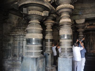 """南インド2018・・・(2)ハレービードのホイサラ朝寺院 美しい""""ろくろ壺""""柱 でも、ここはどこだ?"""