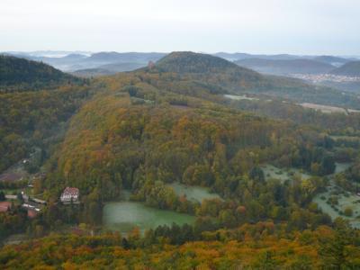 2010年ドイツの秋:⑤トリフェルス城を囲む光景は黄葉・紅葉の真っ盛りである。
