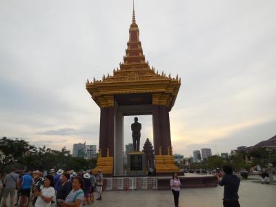 灼熱の大地カンボジアへ・その16/ワット・ボトムパークと記念公園をぶらぶらし、シアヌーク像と独立記念塔を見ました
