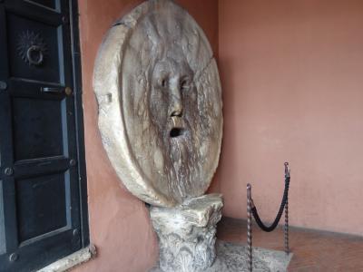 今日は日曜日。終日自由行動。さあ,ローマを歩き回るぞ!先ずは「真実の口」から。