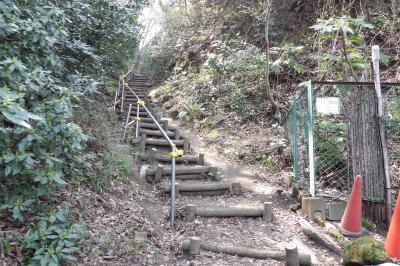 福泉から六国見山への上り口は切通