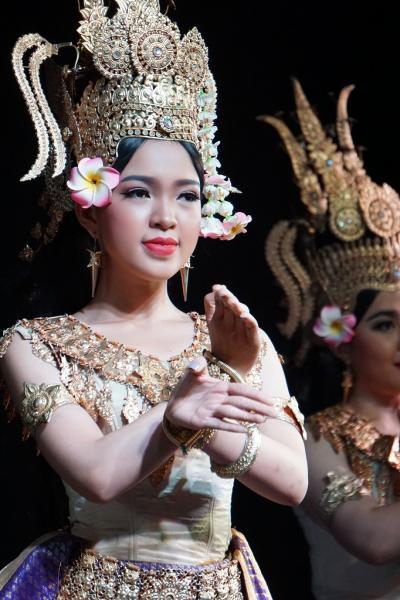 トラピックス3泊4日格安ツアーでプノンペンを遊びつくす。(4) 国立博物館併設のプラエ・パカアで伝統舞踊を堪能し、クメール・スリンでタイ料理を堪能する。