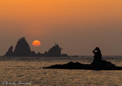 西伊豆の夕陽と月明りの下のゴジラ岩