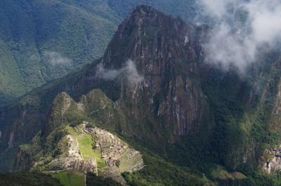 霧に包まれた天空のマチュピチュ遺跡とマチュピチュ山登山 (Pristine Inca ruins Machu Picchu in fog)