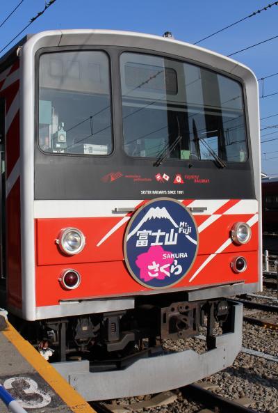 Amazing!海外のトラベラーに紛れ、忠霊塔のサクラを見る。その後は富士急の電車と富士吉田の街を歩く。