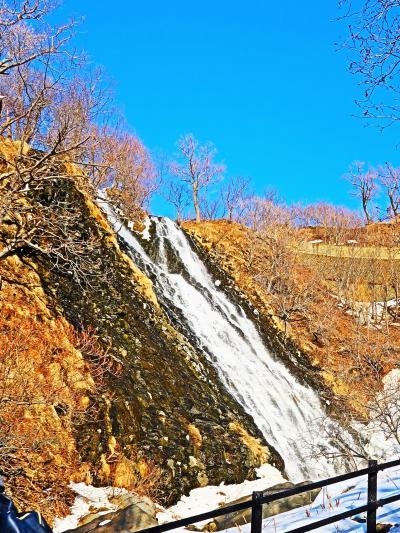 斜里-3 オシンコシンの滝 青空/雪景色に映えて ☆坂道は滑りやすく