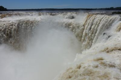 リオのカーニバルと絶景の南米浪漫周遊13日間⑥大迫力のイグアスアルゼンチン滝とサンバのお姉さま編