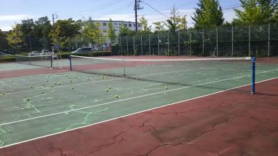イチゴ体育館のテニス教室。