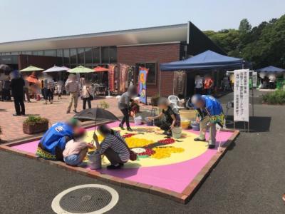 野木フラワーカーペット2018②~生花を敷き詰めて絵を作る~