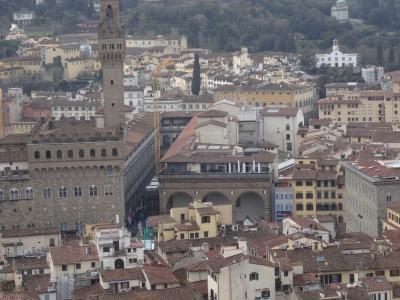 フィレンツェ シニョリーア広場のアパートと近隣のお店