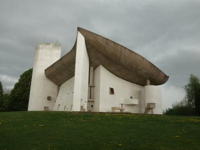ロンシャン礼拝堂を外から観察。すごい建物です。