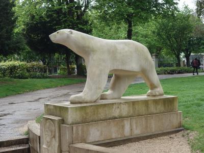 ディジョン観光はポンポンの「白熊」に挨拶して始まります。