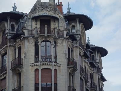 ディジョンのアールデコ様式の建物。バルセロナのカサ・ミラを思い出す。