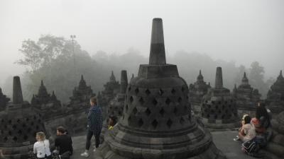 還暦過ぎ夫婦インドネシア旅行記(その3)ボロブドゥールの日輪は深い朝霧にかくされていた。