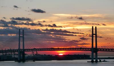 横浜到着・ベイブリッジの朝陽 ダイヤモンド・プリンセス ぐるり北海道周遊と知床クルージング・サハリン9日間