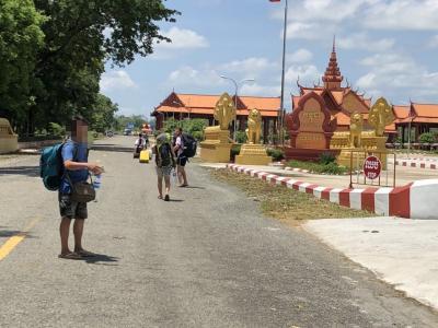【ラオス→カンボジア国境越え】バスを待たされ、バスを待たされ13時間。。。やっとシェムリアップへ。。なぜドルなの?、なぜ漢字なの?、なぜ中華料理なの?
