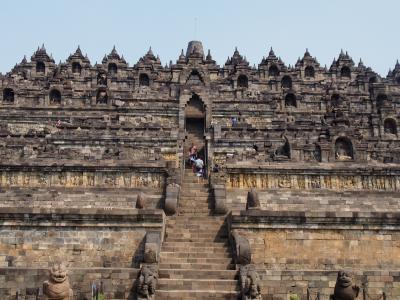 世界最大級の仏教遺跡のボロブドゥール遺跡とヒンズー教遺跡のプランバナン