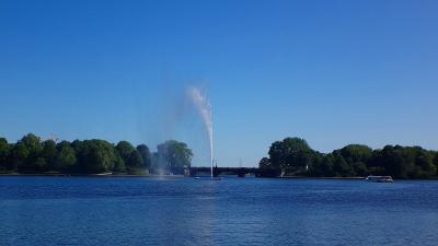 ドイツ大周遊(13) ハンブルクのアルスター湖遊覧・聖ミヒャエル教会・市庁舎等の観光。