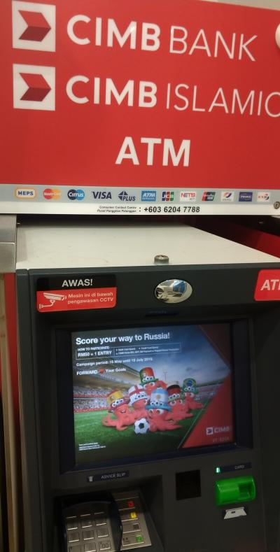 ATMから引き出しをする VISAカード