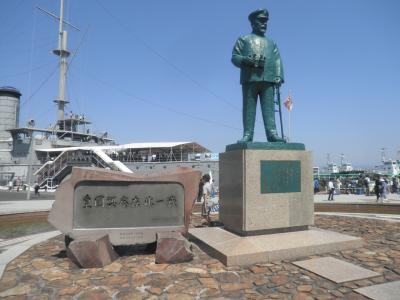 戦艦三笠と東郷平八郎提督像