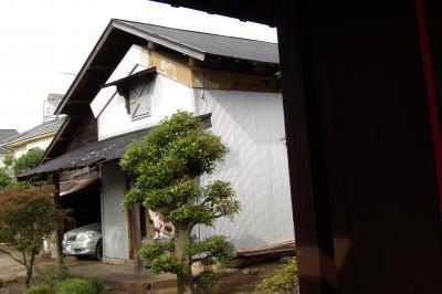 上下九沢の鳩川沿いに見える土蔵