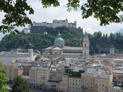 ザルツブルクで高いところに登りましょう。階段を登ればそこは絶景。お城が正面です。