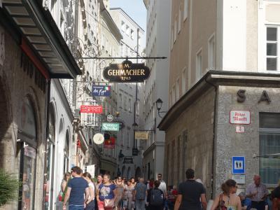 ザルツブルクの新市街の街歩き。ここも結構面白いお店がたくさんあります。