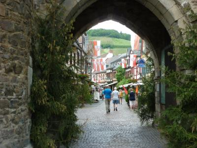 ドイツ木組みの家を訪ねて 町から町へ  アールヴァイラー(ワインの町)
