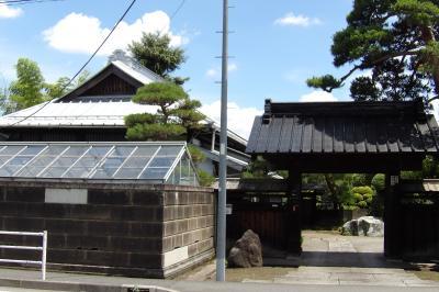 元橋本町の大山街道に面した表門のある相澤家