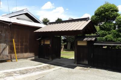 元橋本町の大山街道に面した表門のあるお屋敷1