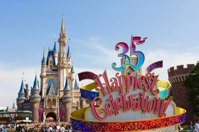 """イッツ・ア・スモール・ワールドとビック・サンダーマウンテンは2度乗って!昼のパレード,プーさんのハニーハント,スター・ツアーズ,バズ・ライトイヤー等など<東京ディズニーリゾート35周年""""Happiest Celebration!""""ディズニーランドをいっぱい楽しんできましたぁ!>"""