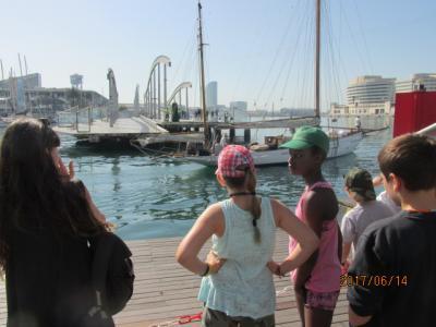 イベリア周遊の旅(182)バルセロナ港人工島の可動橋前で。