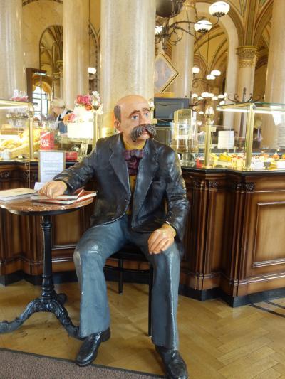 カフェ・ツェントラルでひとやすみ。いかにもウィーンといったところです。