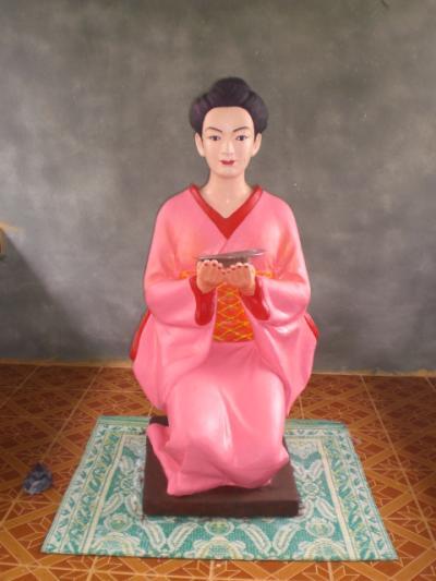 何故か、ミャンマーの地方都市ダーウェーの山中に、日本人女性の御社がありました。