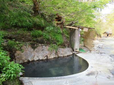 渓流露天風呂を独り占め 新緑の「元湯夏油」
