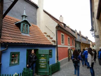 2017GW 初の東ドイツ~プラハ 【84】 プラハ2日め プラハ城「黄金の小路」を見て正門へ